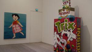 Tredimensionella målningar bildar frasen Yes, President Trix.