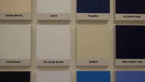 Hundra små målningar i vitt och blått och med alla världens referenser.