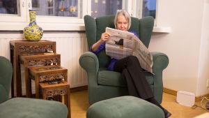Författaren Merete Mazzarella läser Hufvudstadsbladet
