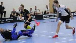 Knights André Ingman skjuter bollen i mål.