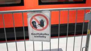 Förbjudet att gå skylt på Hagalunds metrostation