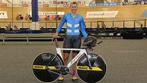 Pia Pensaari cyklar snabbt.