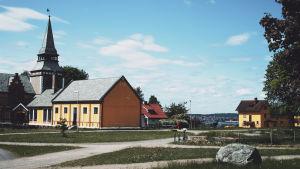 Kyrkan och några hus på den norska fängelseön Bastøy.