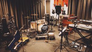 Instrument inne i det norska Haldenfängelsets musikstudio.
