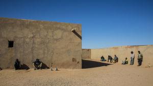 I de så kallade ghettona, husen där migranterna bor, väntar de på att familjen ska skicka pengar så att de kan fortsätta resan.