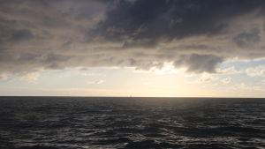 merimaisema, tummat pilvet meren yllä