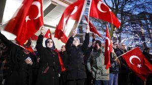 Turkiska demonstranter utanför Turkiets generalkonsulat i Rotterdam, Nederländerna