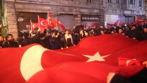 Utanför Nederländernas generalkonsulat i Istanbul förekom också protester mot holländarna.