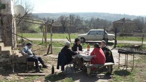 Borgmästarkandidaterna har grillparty på en risig bakgård.