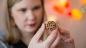 Michaela von Kügelgen granskar en skumppakork som ska bli örhänge.