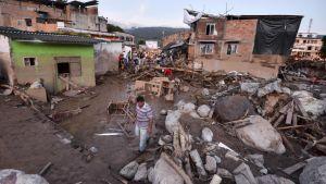 Över 250 människor har omkommit i jordskred och översvämningar i Colombia.