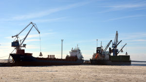 Fartyg vid kajen i Karleby hamn, silverstenshamnen