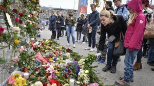 Utanför Åhléns dagen efter attentatet i Stockholm.