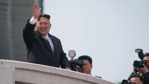 Nordkoreas ledare Kim Jong Un vid paraden på solens dag.
