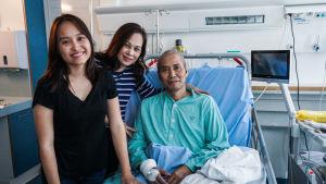 Cancerpatient Nguyen Khae Hoan från Vietnam (till höger) med sin dotter Nguyen Nhung (till vänster) och fru Le Thi Kim Lien (i mitten). Familjen är i Mejlans sjukhus och Hoan vårdas vid Hucs privatsjukhus.