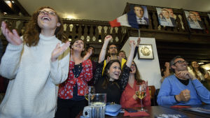 Fransmän i Genève i Schweiz jublar resultatet i franska presidentvalet.