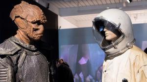 kuva scifi näyttelystä, avaruusolio ja astronautin puku