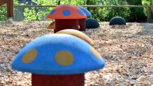 Leksakssvampar i en lekpark.