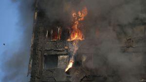 Tjock rök vid brinnande hus i London.
