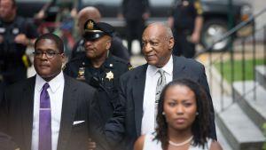 Bill Cosby anländer för sjätte dagen till rättegången i Pennsylvania.