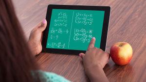 En matematikuppgift på en pekdator.