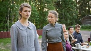 Agnes Bertell som Saga, och Alexandra Mangs som hennes mor Alma i Lumpänglars väg.