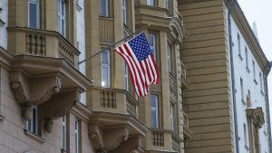 Den amerikanska flaggan vajar utanför den amerikanska ambassaden i Moskva.
