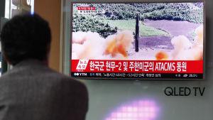 En sydkorean i Seoul tittar på en tv-sändning om Nordkoreas nyaste robotuppskjutning.