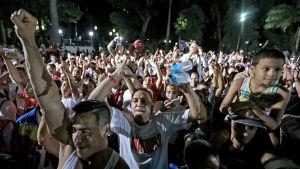 Anhängare till president Nicolás Maduro och regeringen firar valet efter att vallokalerna har stängt i Caracas.