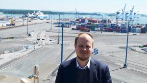 Andreas Slotte ser till att trafiken löper till och från Nordsjö hamn.