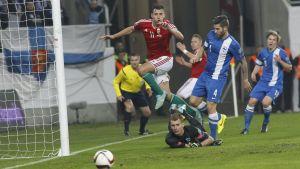 Lukas Hradecky följer med blicken då Ungern är nära mål.