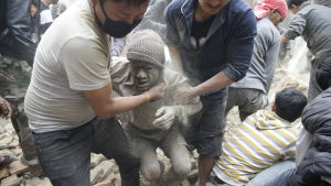 man räddas i Katmandu.