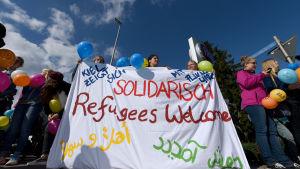 Flyktingar välkomnas i Kiel.