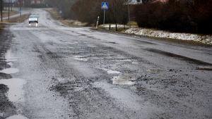 Den asfaltbelagda delen av Koskövägen i Kvevlax, Korsholm är full av gropar.