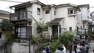 Japanska journalister samlade utanför den misstänkte gärningsmannens hus i Sagamihara.