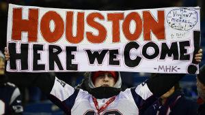 En New England Patriots-supporter håller i en skylt.