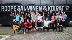 Roope Salminen & Koirat yllättävät ystäväporukan SuomiLOVEn 3. kaudella.