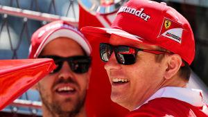 Kimi Räikkönen och Sebastian Vettel skrattar.