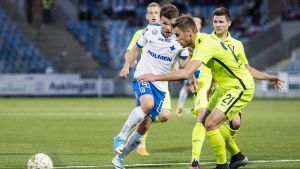 Skrabb utmanar några av Trakais spelare.