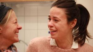 Åsa Wallenius och Cecilia Paul i hörspelet Alla hjärtans dag
