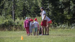 Barn som leker vid Folkhälsans simskola i Karskog i Sjundeå.