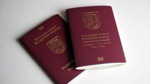 Bild på två finländska pass.