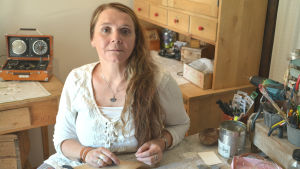 Sharlena Lahtinen sitter vid bordet