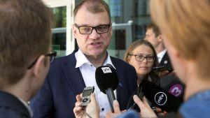 Statsminister Juha Sipilä fick kommentera Sannfinländarnas ordförandeskifte under sitt besök i Tallinn.