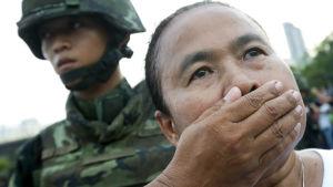 Kvinna demonstrerar i Thailand