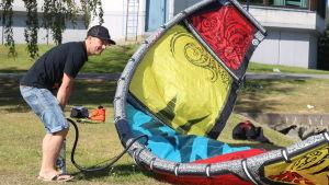 Andreas Bergdahl pumpar luft i sin kite