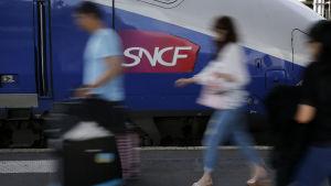 Tågpassagerare på Gare de Lyon i Paris