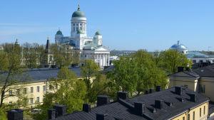 utsikt från balkong på Fabiansgatan 34, på bild syns historiska fakultetetens byggnader i förgrunden.