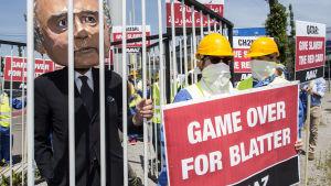Demonstration i Zurich mot Fifas president Sepp Blatter den 28 maj 2015.