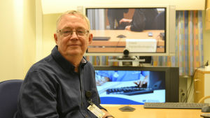 Strateg Göran Algers i ett videokonferensrum på logopedavdelningen på Norrlands universitetssjukhus.
